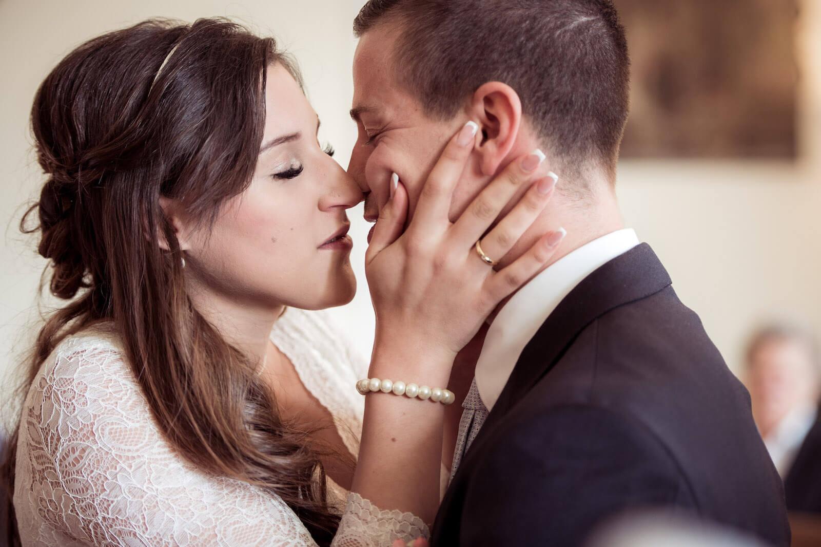 Hochzeit mit Babybauch - Braut und Bräutigam küssen sich