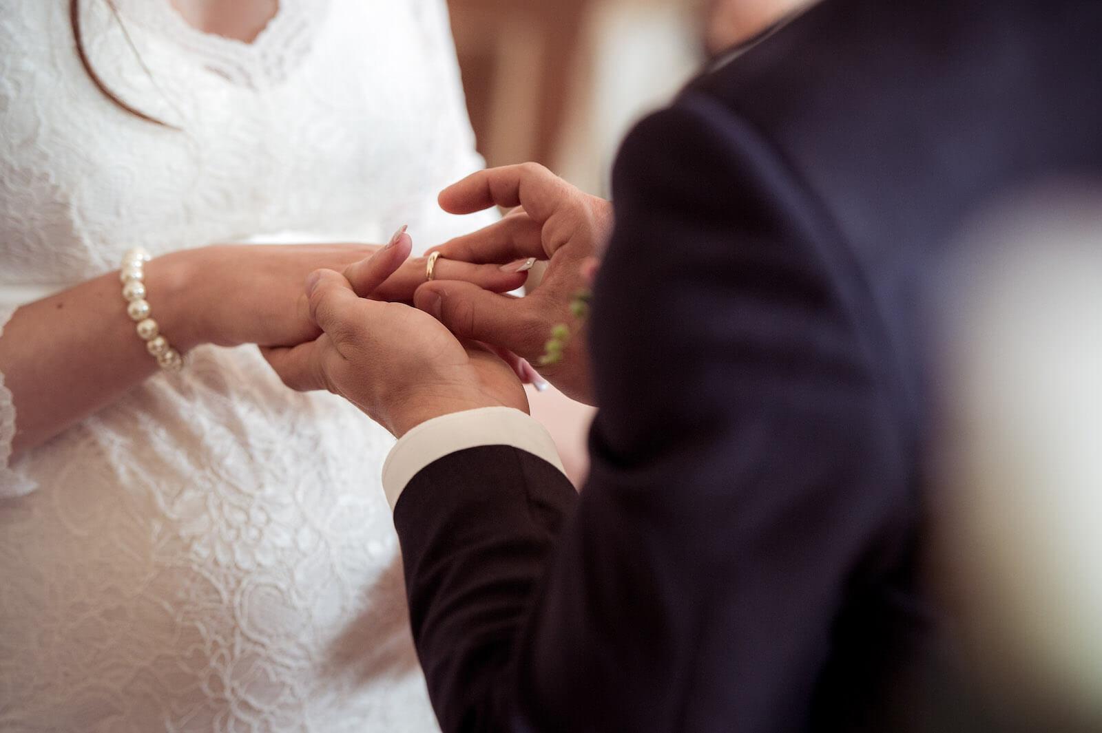 Hochzeit mit Babybauch - Bräutigam steckt der Braut den Ring an