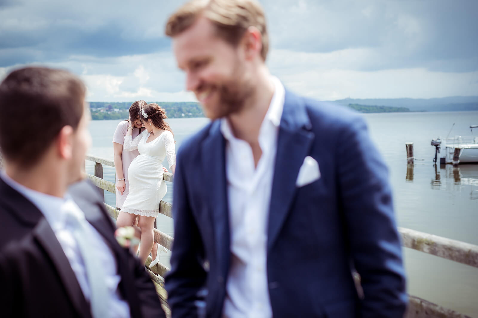 Hochzeit mit Babybauch - Brautpaar mit Trauzeugen auf einem Steg am Ammersee