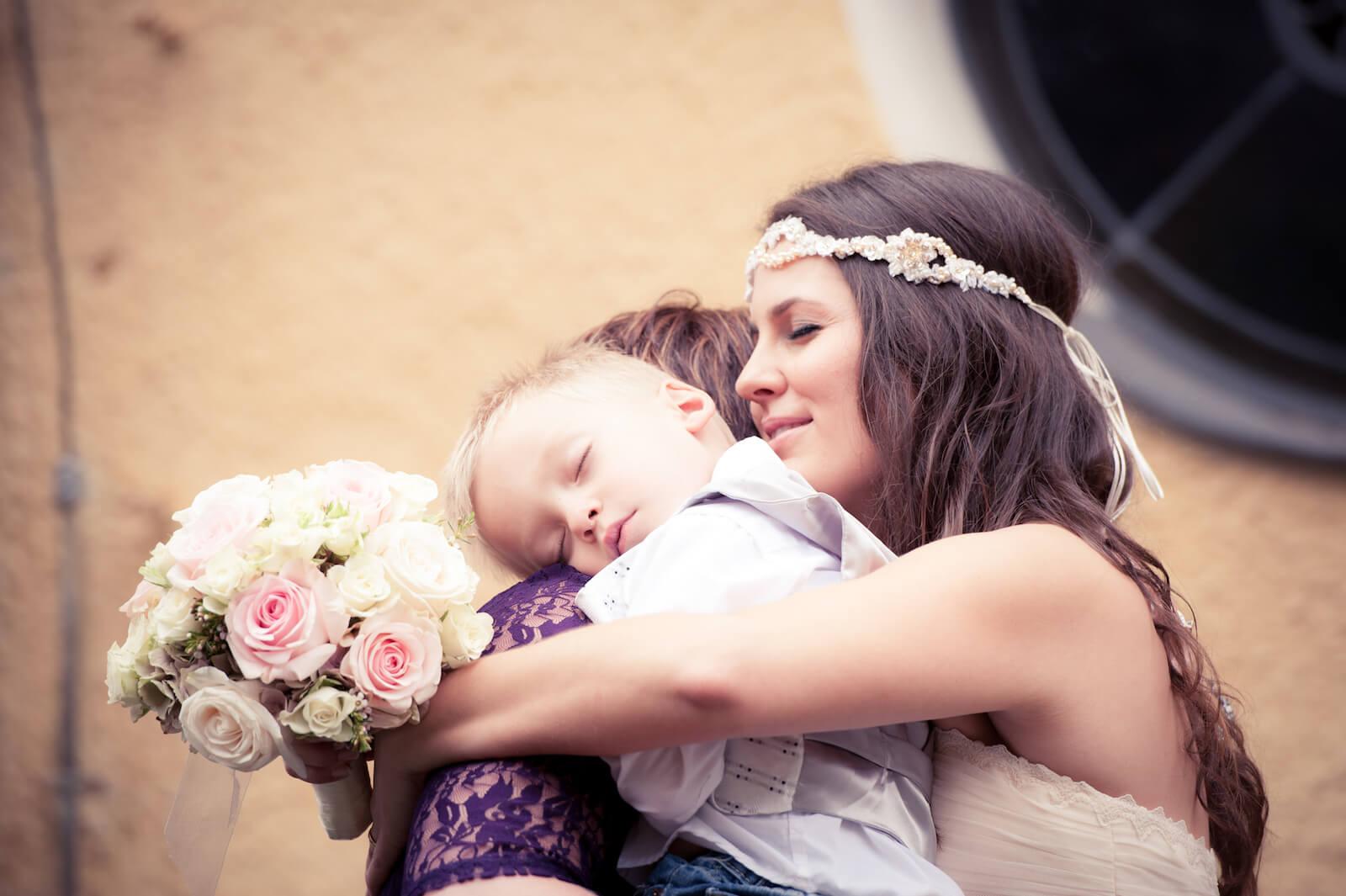 Hochzeit Bohostyle Landsberg - die Braut umarmt Mutter mit Kind