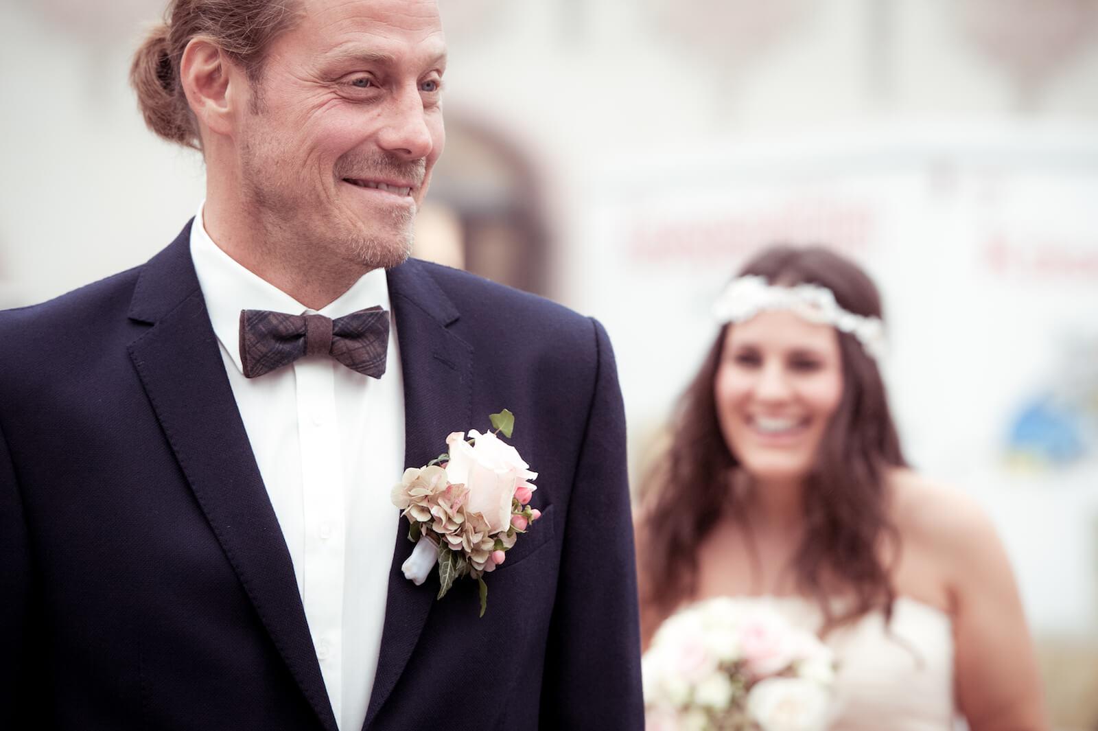 Hochzeit Bohostyle Landsberg - first look, der Bräutigam erwartet die Braut