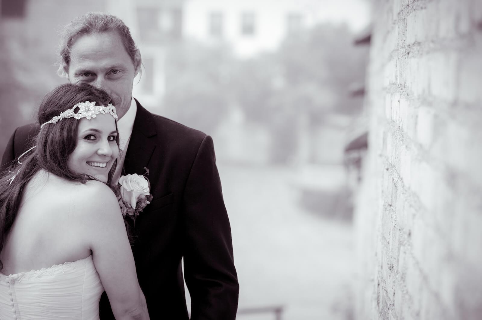 Hochzeit Bohostyle Landsberg - das Brautpaar an der Stadtmauer