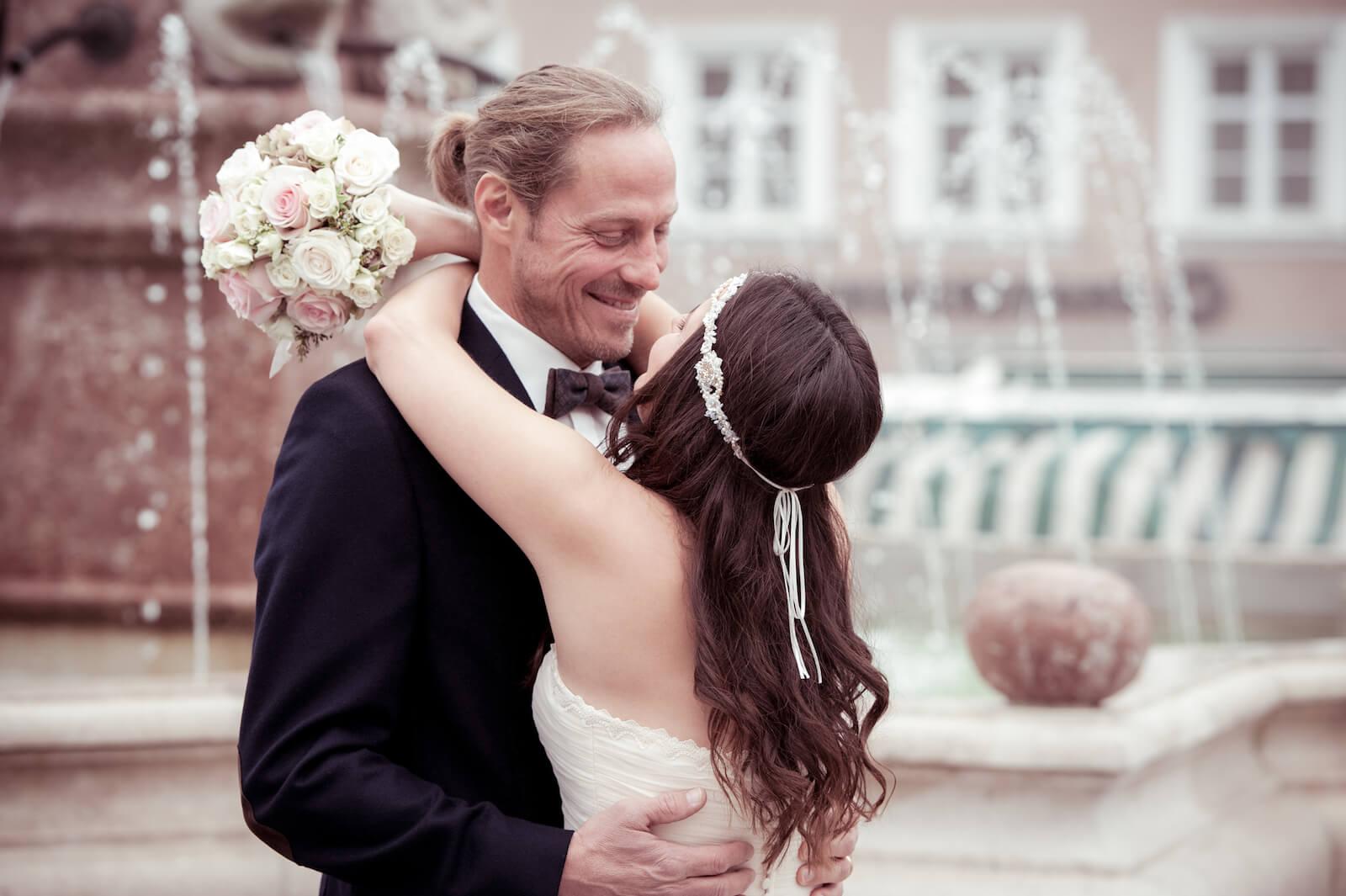 Hochzeit Bohostyle Landsberg - first look, der Bräutigam nimmt seine Braut in die Arme