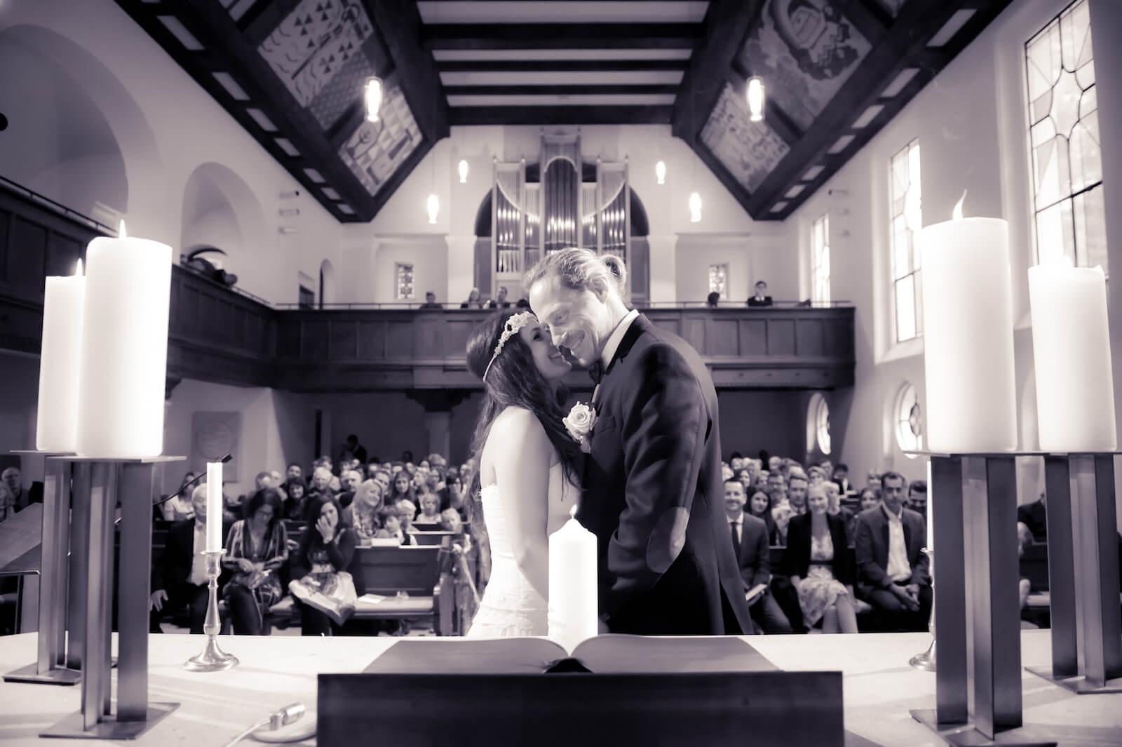 Hochzeit Bohostyle Landsberg - das Brautpaar innig in der Kirche