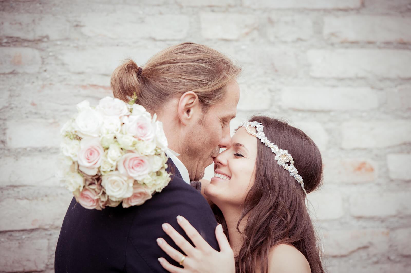 Hochzeit Bohostyle Landsberg - Bräutigam küsst Braut auf die Nase