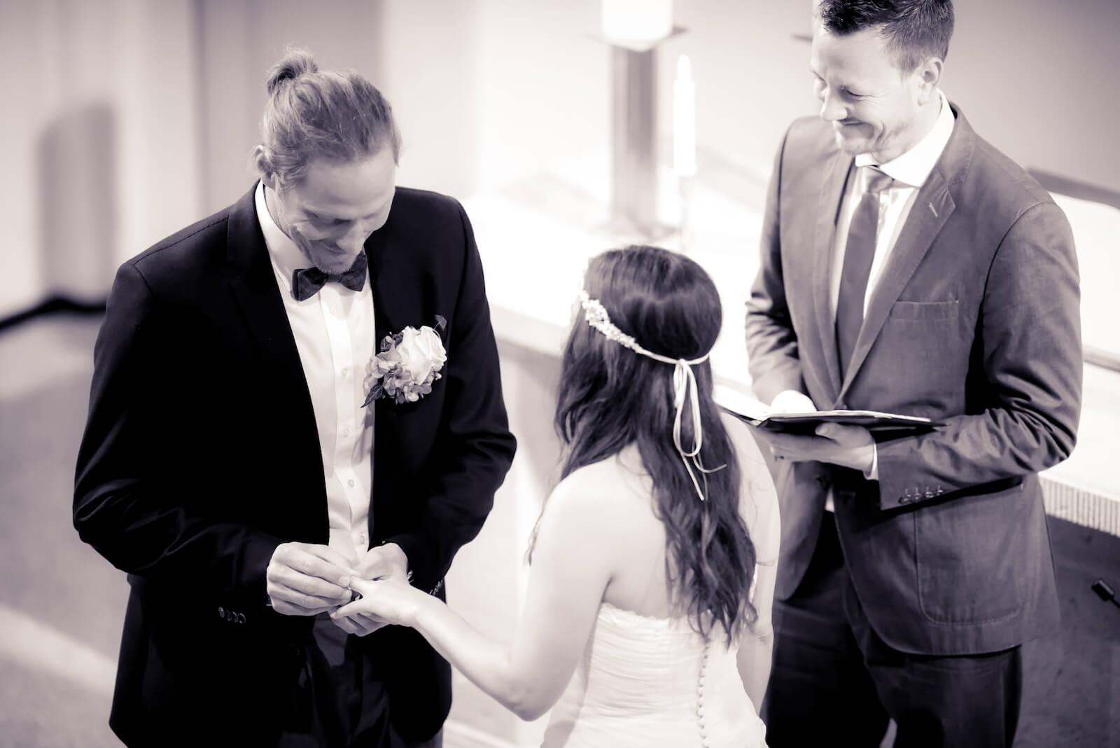Hochzeit Bohostyle Landsberg - der Bräutigam steckt seiner Braut den Ring an