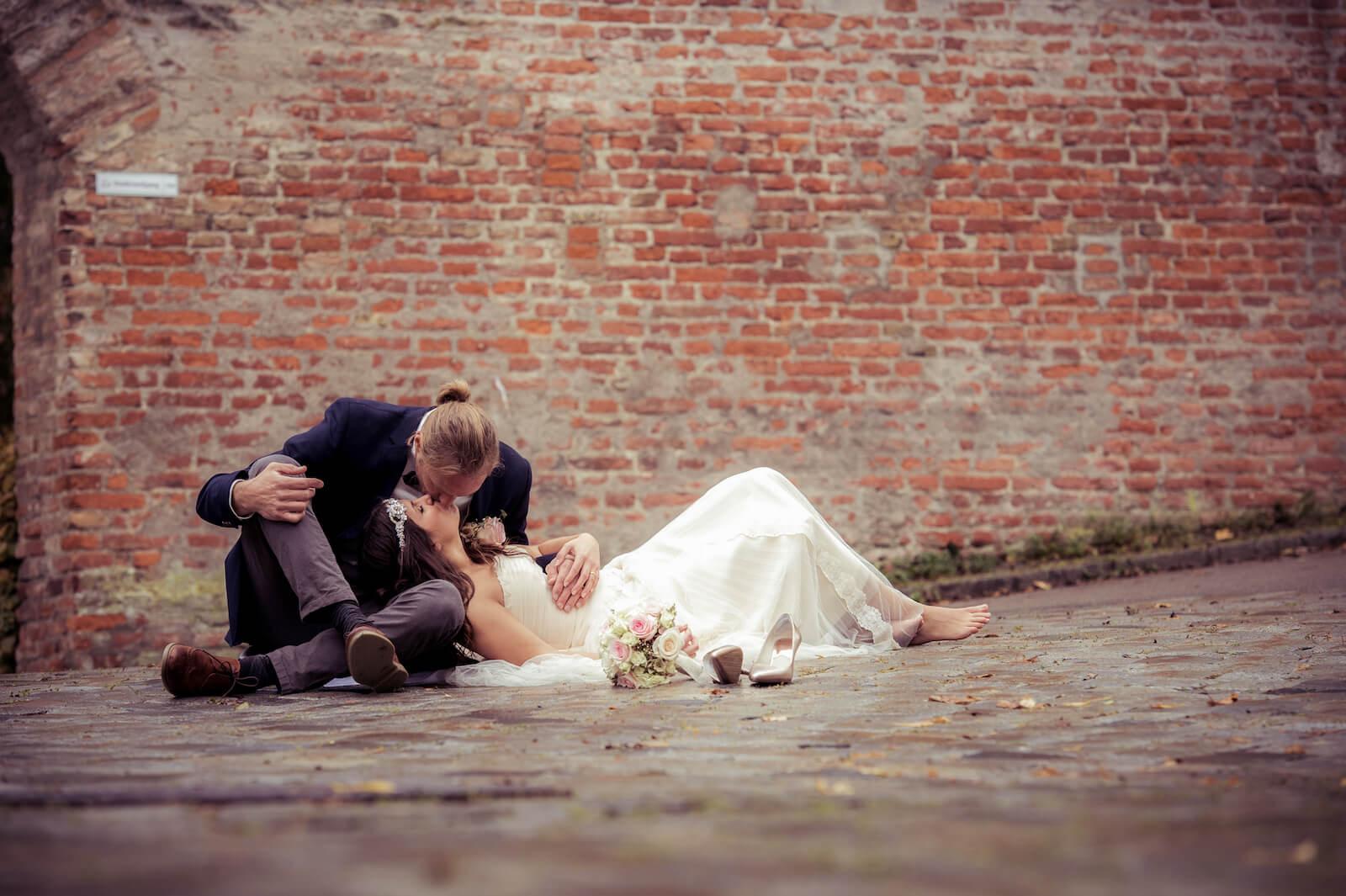 Hochzeit Bohostyle Landsberg - das Brautpaar liegt auf der Straße