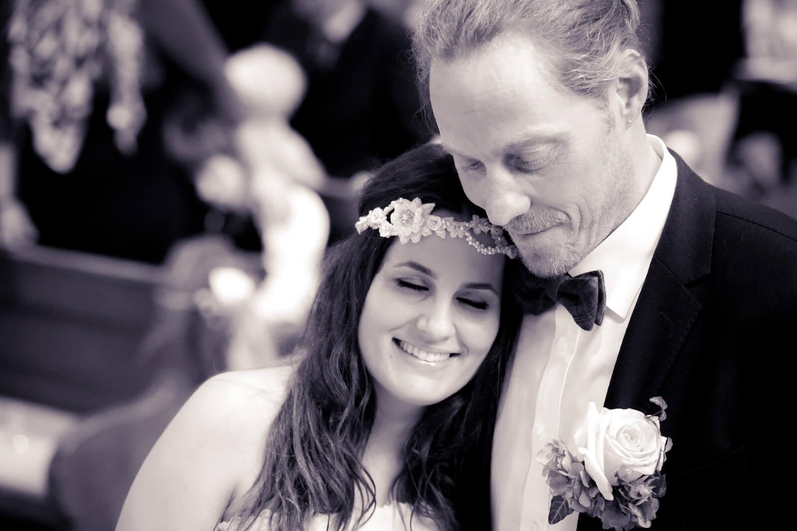 Hochzeit Bohostyle Landsberg - das Brautpaar während der Trauung in der Kirche