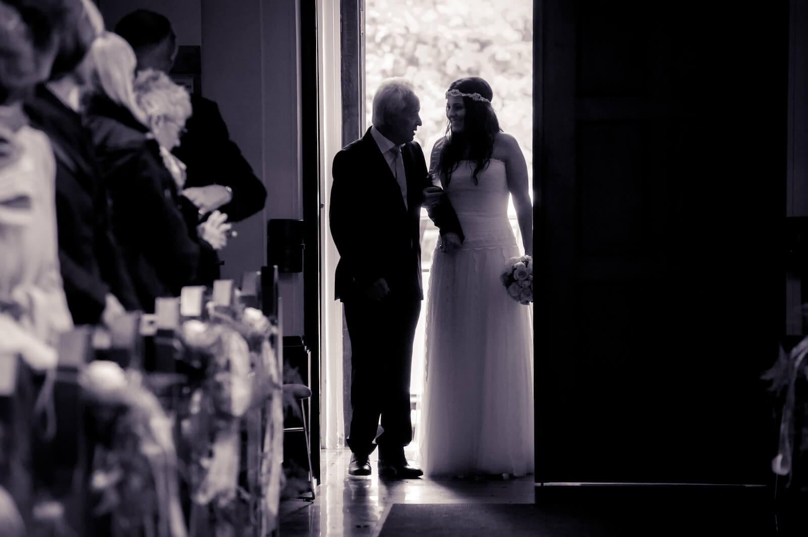 Hochzeit Bohostyle Landsberg - Vater führt Braut in die Kirche