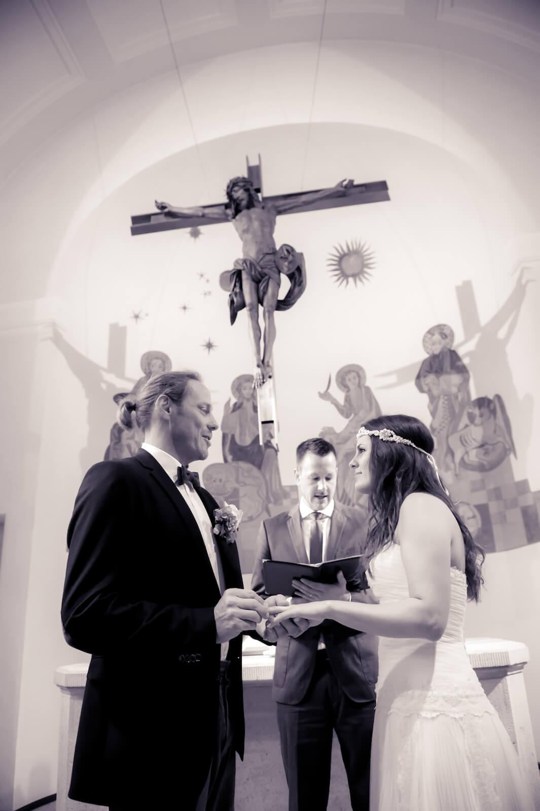 Hochzeit Bohostyle Landsberg - das Brautpaar bei der Zeremonie in der Kirche