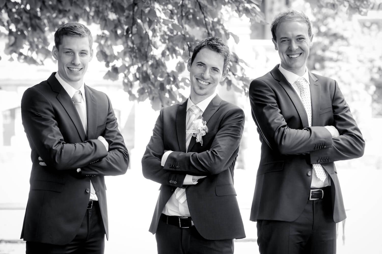standesamtliche Trauung - Wedding Moment - Bräutigam mit Trauzeugen beim Fotoshooting