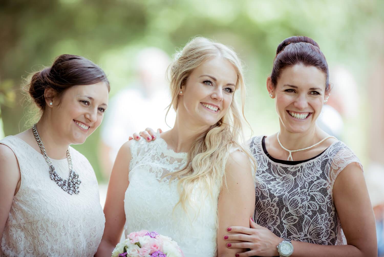 standesamtliche Trauung - Hochzeitsmoment - Braut mit Trauzeuginnen beim Fotoshooting