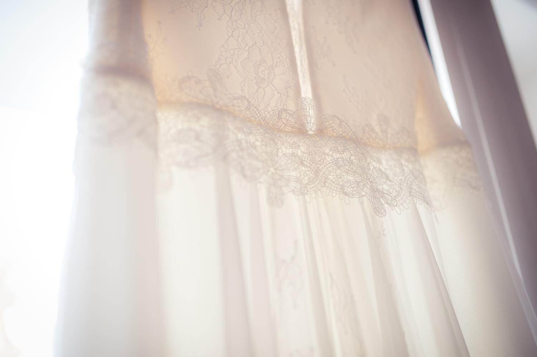 Hochzeitskleid in weiß am Fenster