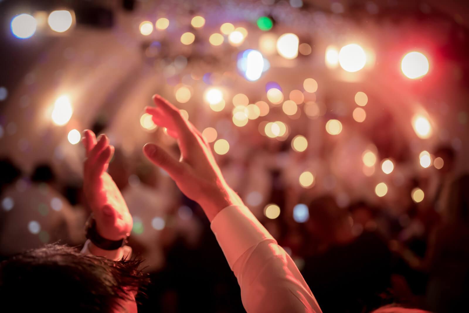 freie Trauung Ammersee - klatschende Hände bei der Party im Kellergewölbe
