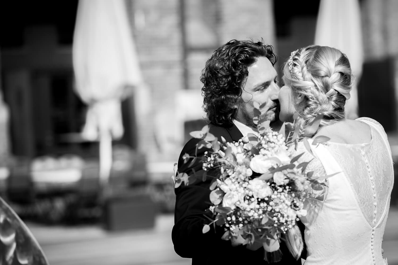 Brautpaar first look - der Kuss vor dem catch of the day in Hamburg