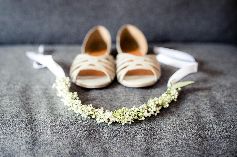 Hochzeit getting ready - Schuhe und Blumenreif