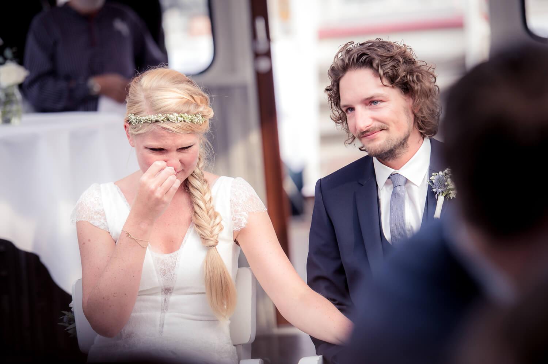 Hochzeit Hamburg, das Paar während der freien Trauung in der Barkasse