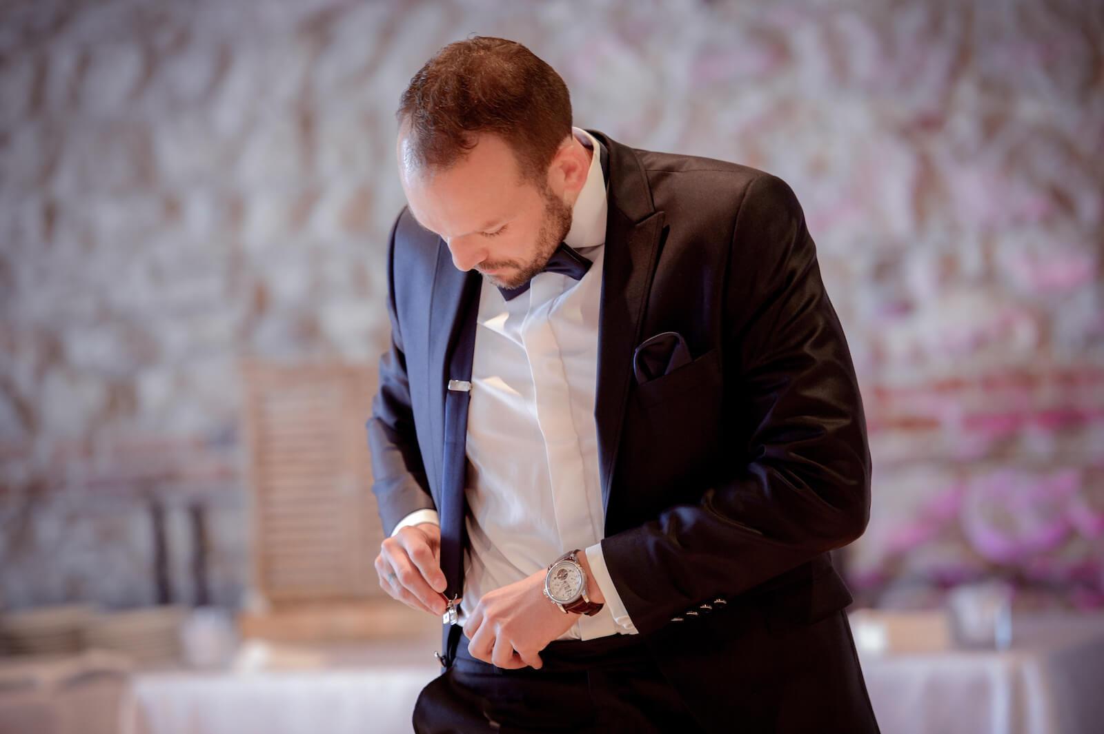 Hochzeit Gardasee - Bräutigam beim Anlegen seiner Hosenträger