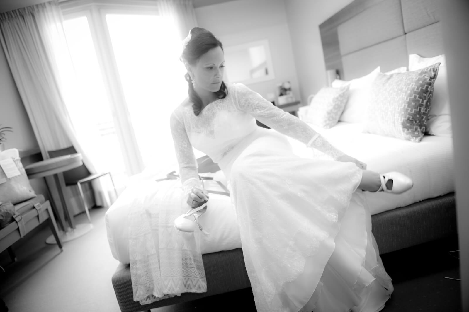 Hochzeit Gardasee - die Braut zieht ihre Brautschuhe an