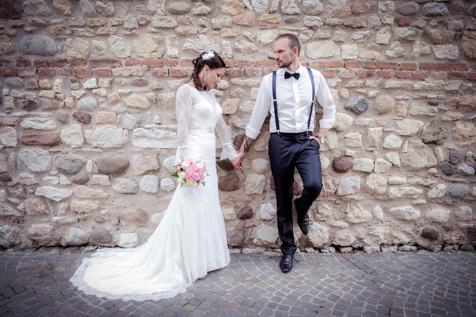 Hochzeit Gardasee - Paarshooting an einer alten Steinmauer