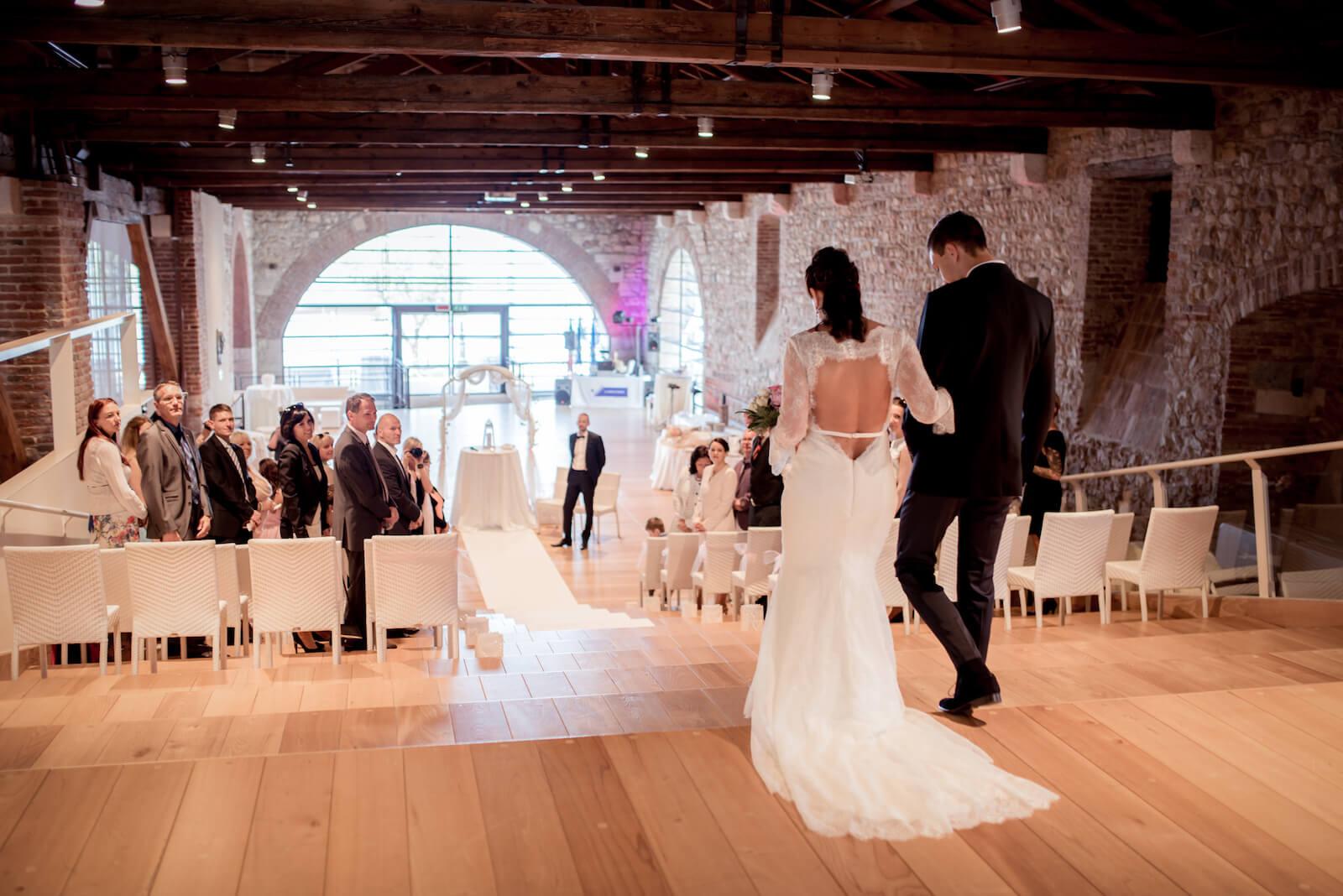 Hochzeit Gardasee - freie Trauung, die Braut wird von ihrem Sohn in den Saal geführt