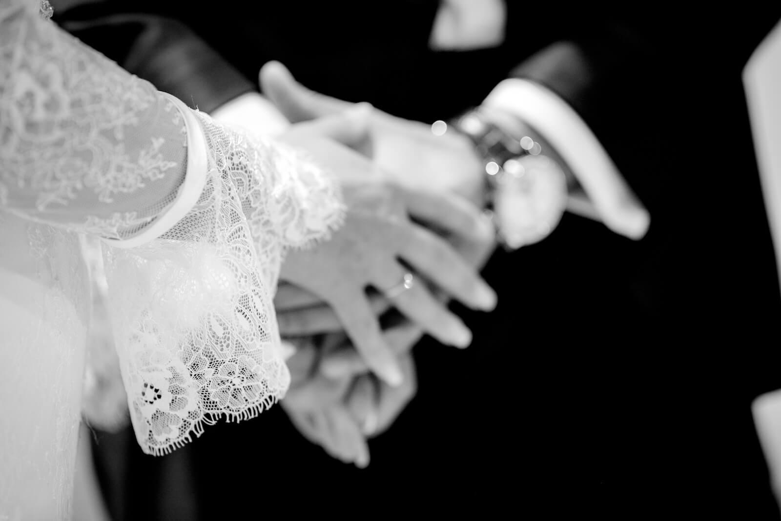 Hochzeit Gardasee - Detailaufnahme der Hände des Brautpaares