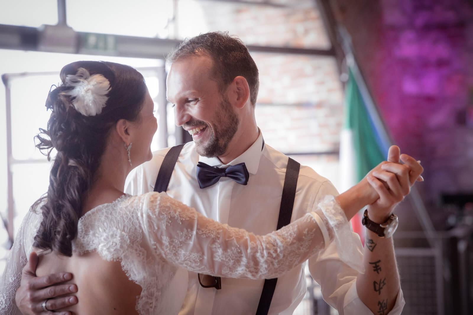 Hochzeit Gardasee - das Brautpaar beim Hochzeitstanz