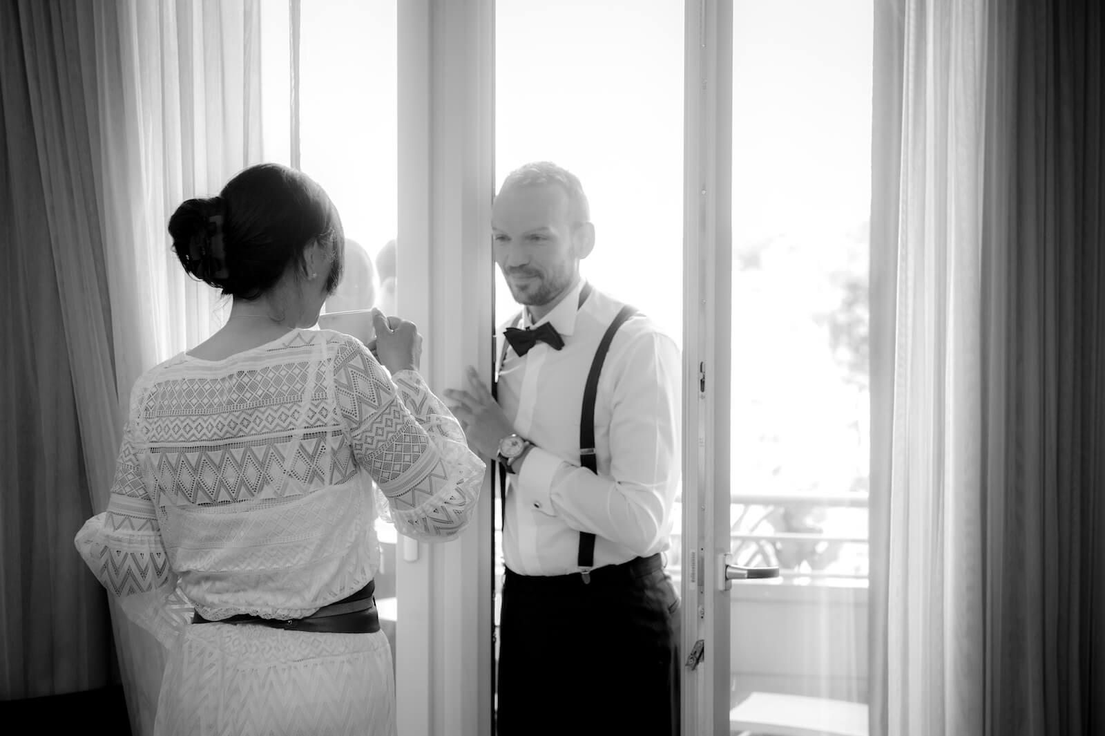 Hochzeit Gardasee - Braut und Bräutigam im Hotelzimmer