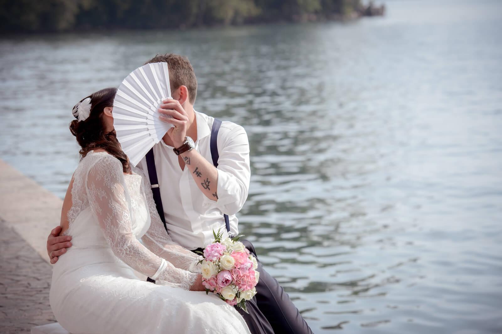 Hochzeit Gardasee - Brautpaar küsst sich am Ufer des Gardasee
