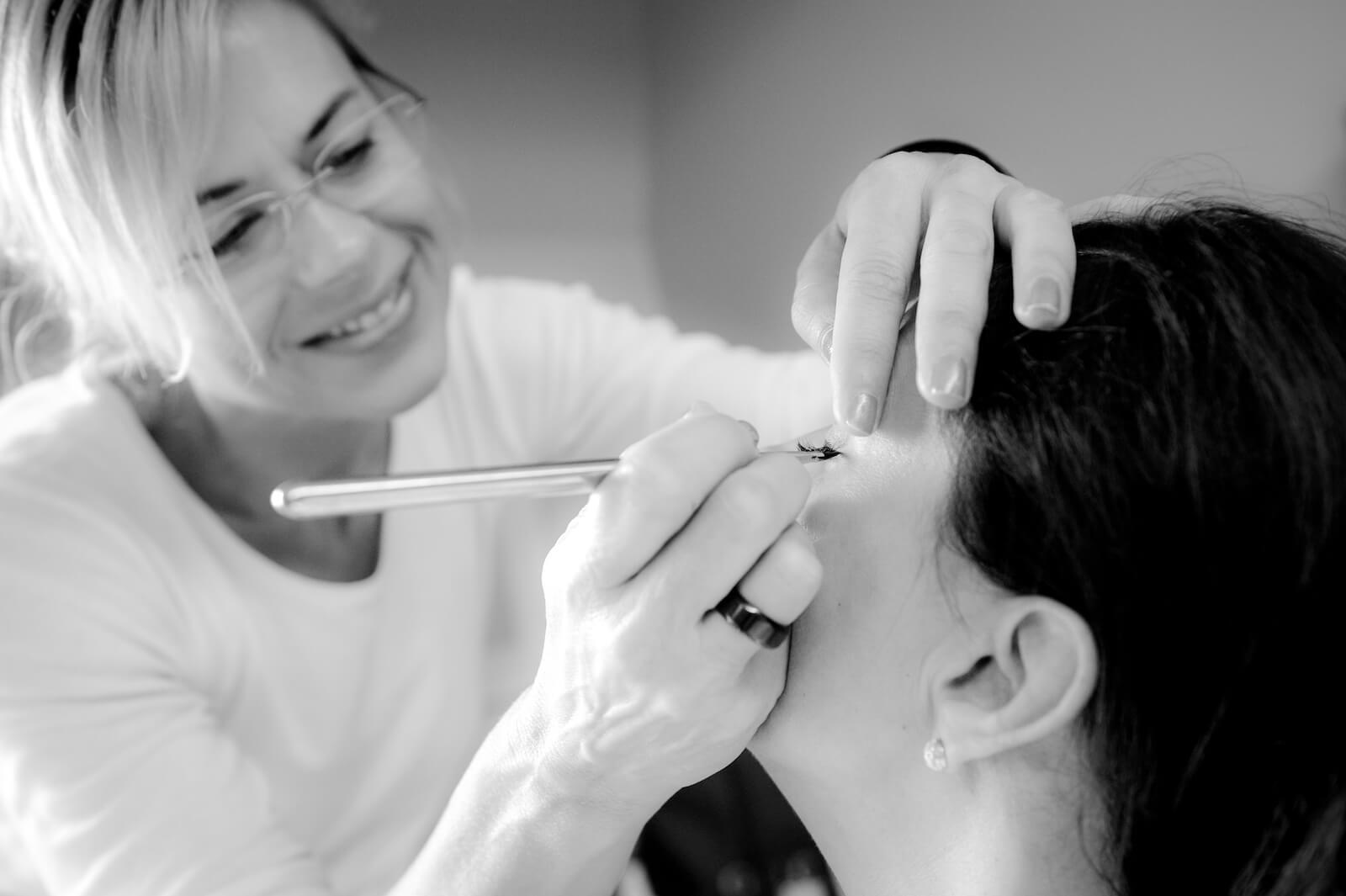 Hochzeit Gardasee - die Visagistin beim make up der Braut
