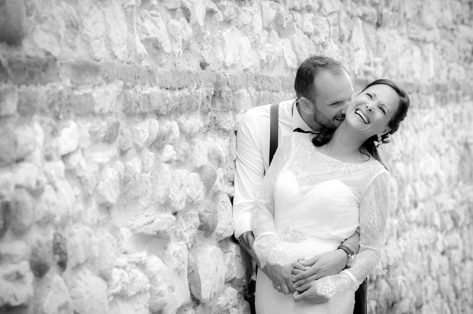 Hochzeit Gardasee - Fotoshooting an einer alten Steinmauer
