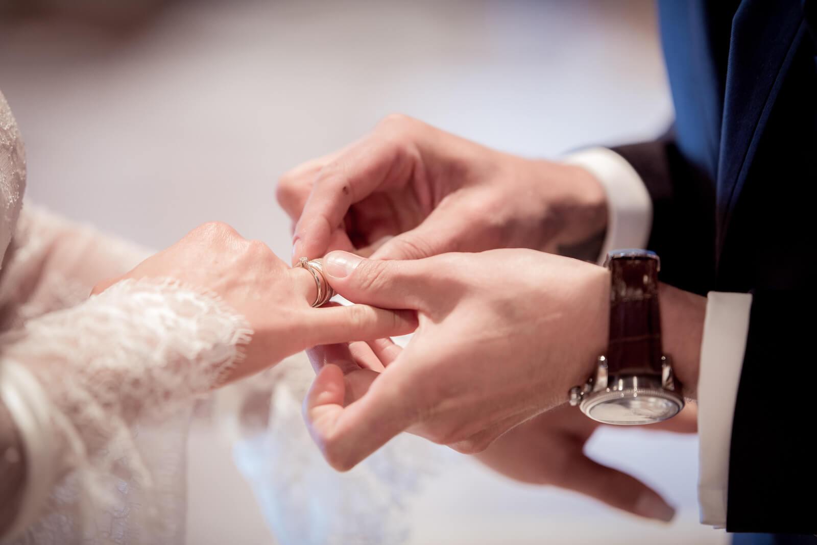 Hochzeit Gardasee - Bräutigam steckt seiner Braut den Ring an