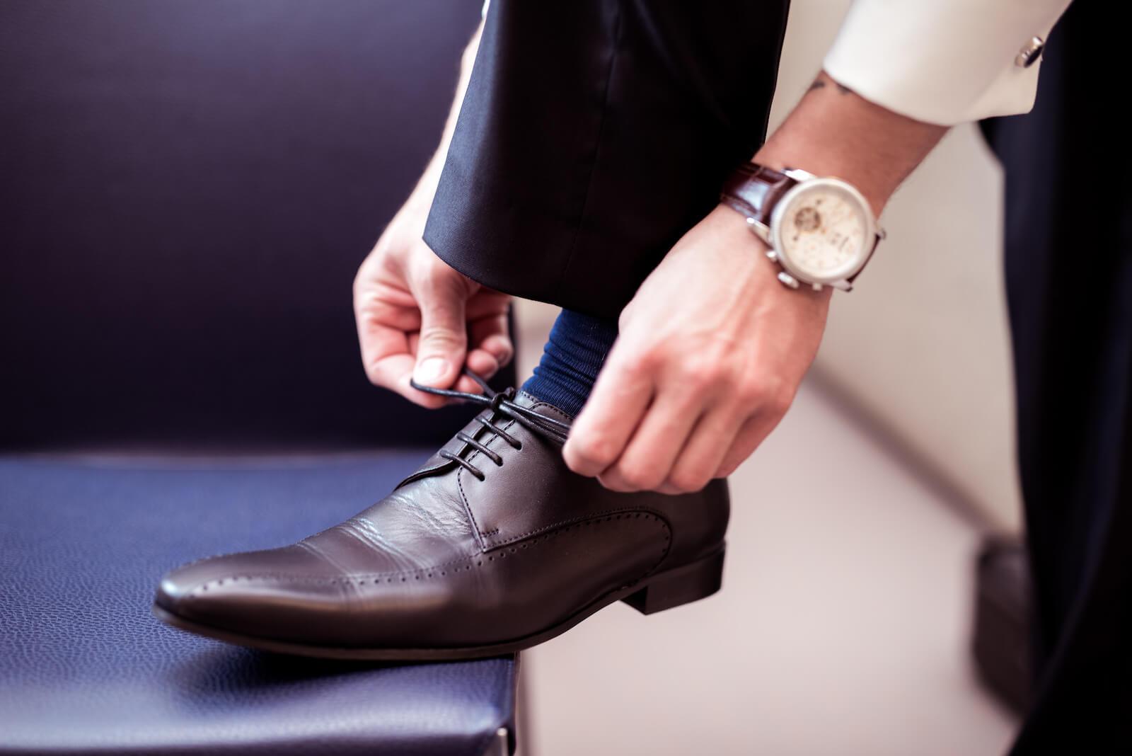 Hochzeit Gardasee - Bräutigam schnürt sich seinen Schuh
