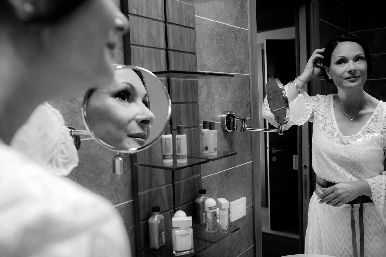 Hochzeit Gardasee - die Braut im Badezimmer