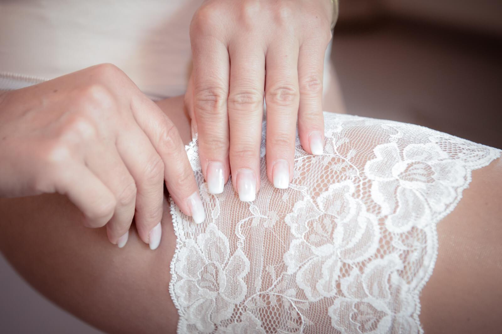 Hochzeit Gardasee - die Braut zieht ihr Strumpfband an