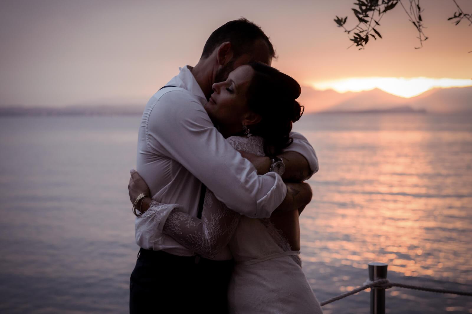 Hochzeit Gardasee - das Brautpaar umarmt sich bei Sonnenuntergang