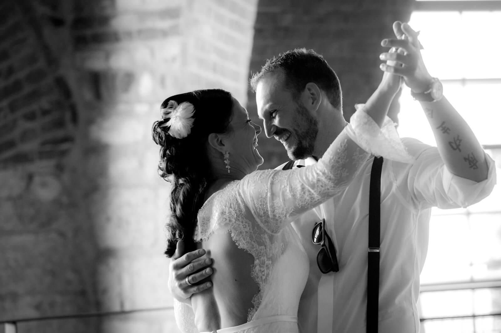 Hochzeit Gardasee - Braut und Bräutigam beim Tanz