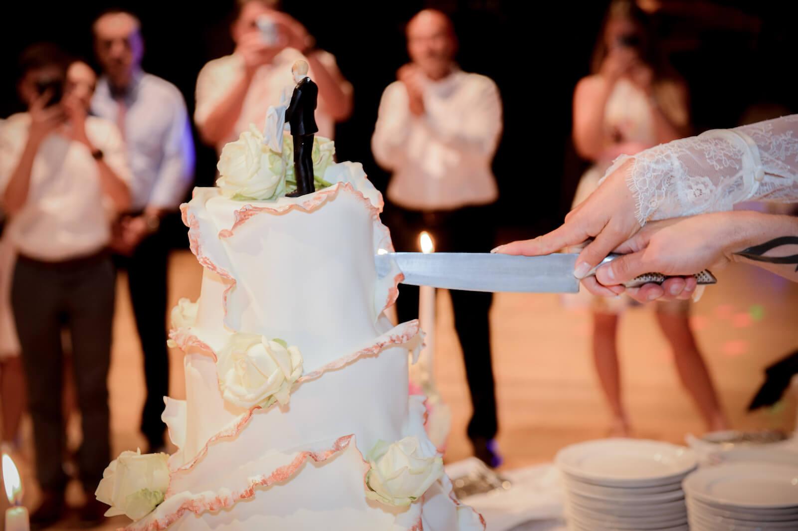 Hochzeit Gardasee - die Hochzeitstorte wird angeschnitten