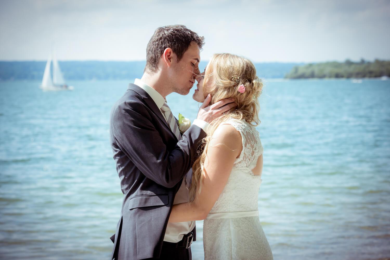 standesamtliche Trauung - Hochzeit Bayern am See - Braut und Bräutigam im zärtlichen Moment