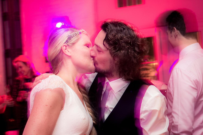 Hochzeit Party - Brautpaar küsst sich auf der Tanzfläche