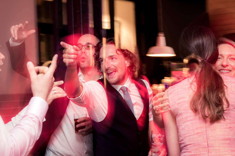 Hochzeitsparty - glücklicher Bräutigam auf der Tanzfläche