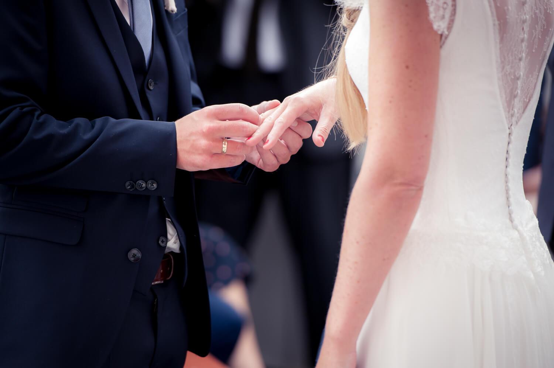 Hochzeitfotograf - Anstecken des Ringes während der Trauung