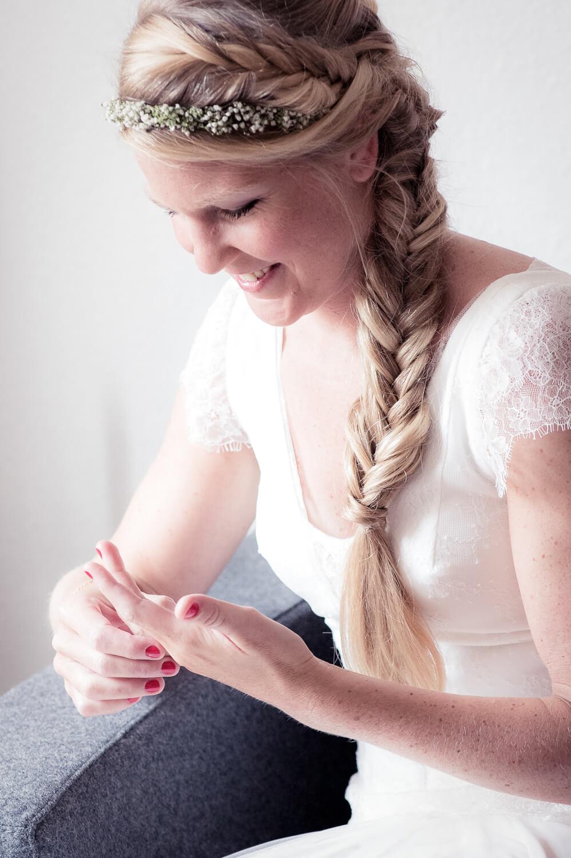 Fotograf Hochzeit - Braut steckt sich Ring zur Probe an