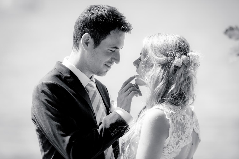 standesamtliche Trauung - Wedding am Ammersee - das Brautpaar genießt einen sinnlichen Augenblick