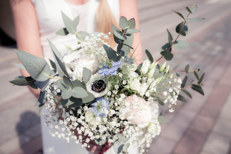 stilvoller Brautstrauß in Händen der Braut