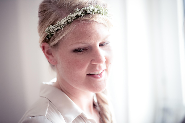 wedding getting ready - Portrait der glücklichen Braut