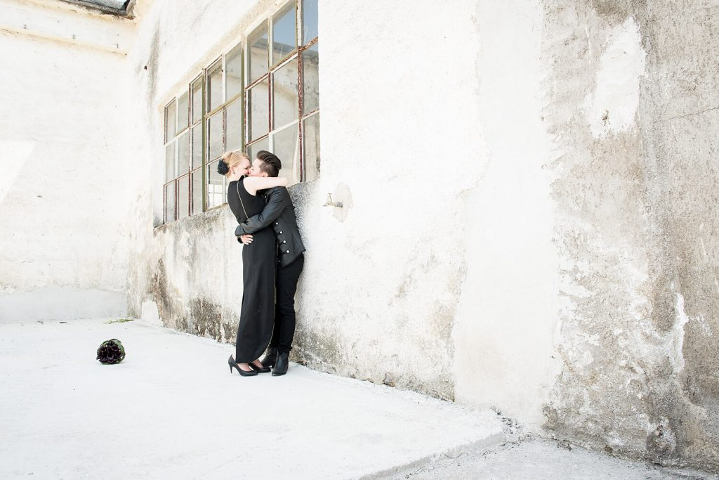 München verlassenes Fabrikgelände - Hochzeitspaar umarmt sich vor altem Fenster