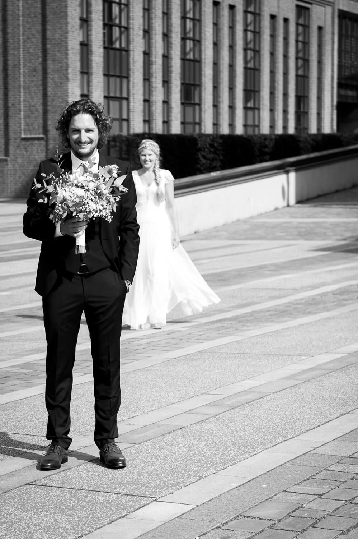 Hochzeit Hamburg - Bräutigam mit Hochzeitsstrauß erwartet seine Braut