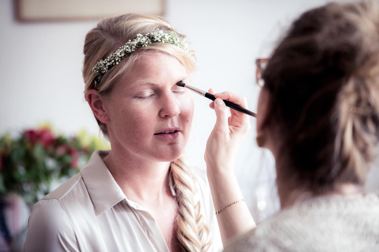 wedding make up - die Braut wird von Kosmetikerin geschminkt