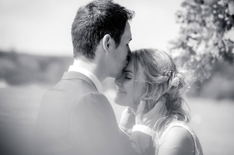 standesamtliche Trauung - Wedding Traum am Ammersee - Bräutigam küsst Braut auf die Stirn